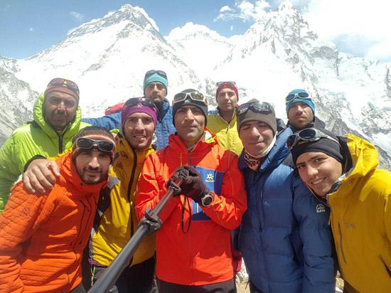 دکتر محمدی و کوهنوردان ایرانی در بیس کمپ اورست