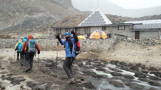 همنوردان اسپیلت البرز در کمپ پیرامید در مسیر بیس کمپ اورست