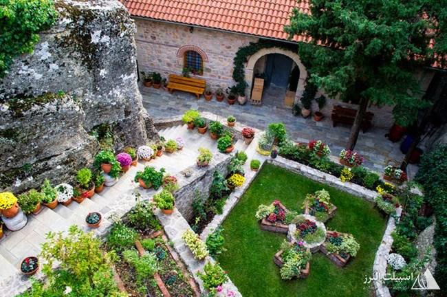ساکنین متئورا با کاشتن میوه و سبزی در حیاط صومعه، استقلال عمل خود را نشان میدادند.