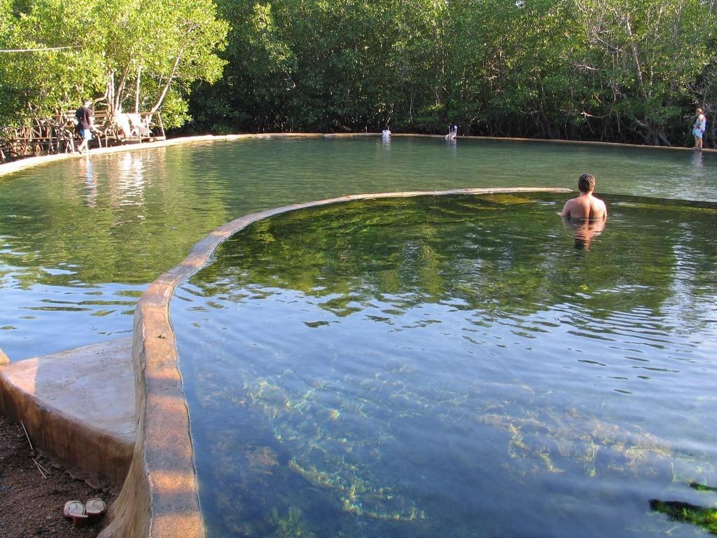 چشمه آب گرم ماکوئینیت