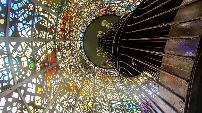 تندیس سمفونیک با پنجرههای رنگی و پلهکانی مارپی