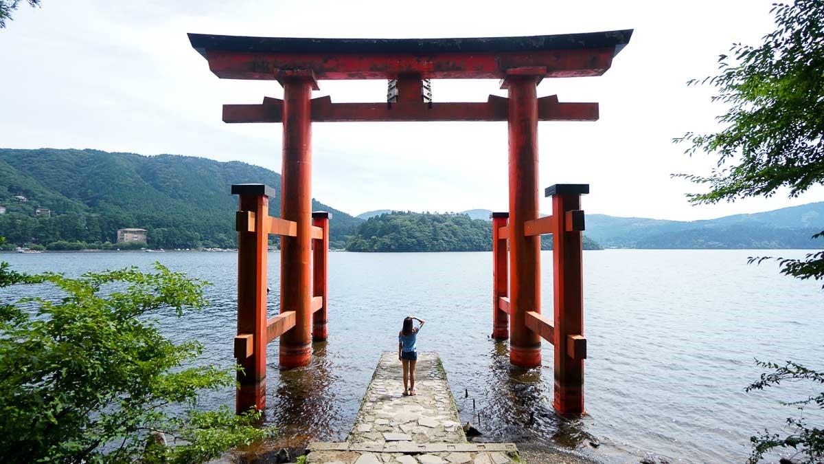 توری شناور هاکونهجینجا یکی از پرطرفدارترین جاها برای عکاسی در هاکونه است