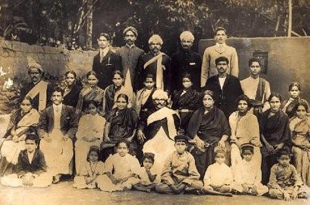 یک خانواده پرجمعیت هندی (بزرگ خانواده نشسته در وسط)