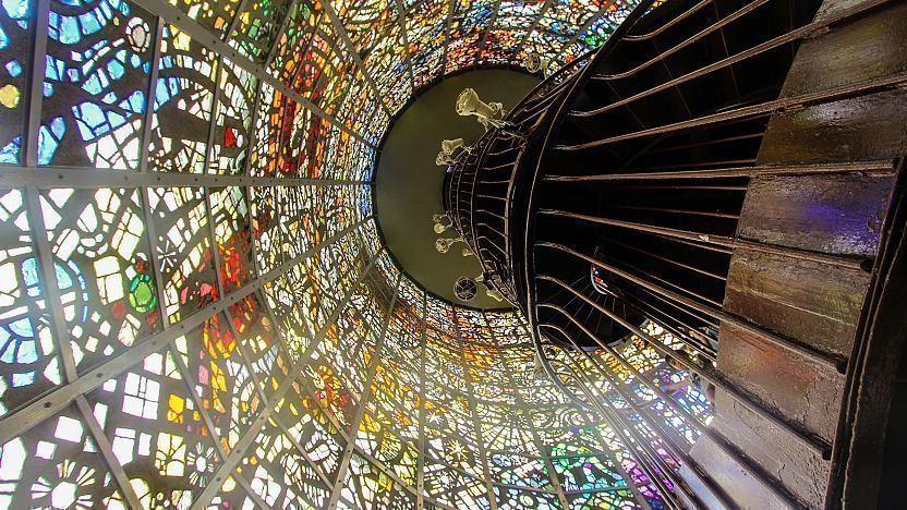 تندیس سمفونیک با پنجرههای رنگی و پلهکانی مارپیچ