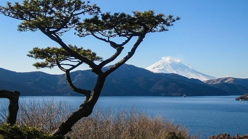 نمایی از کوه فوجی و دریاچهی آشینوکو از باغ قصر منزوی هاکونه